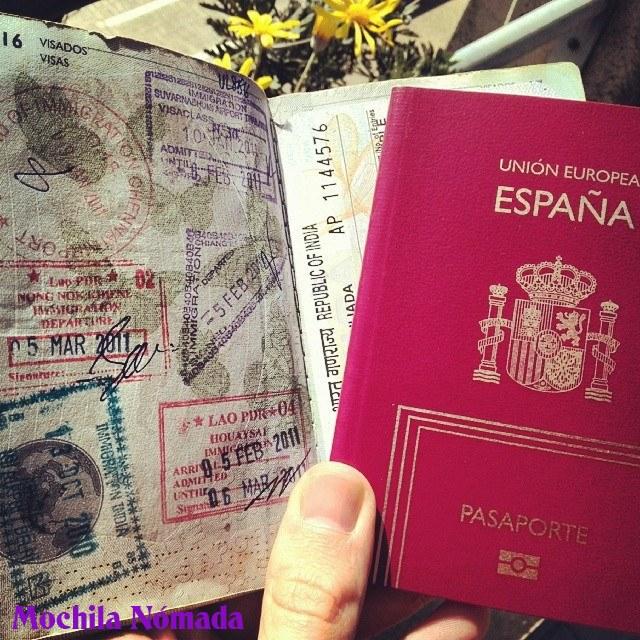 Mi viejo y sellado pasaporte, junto a su discípulo, aún virgen de sellos